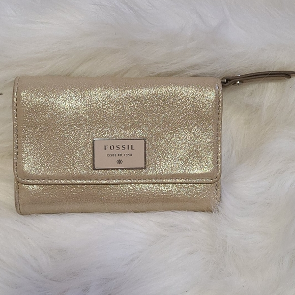 💗 NWOT Fossil Metallic leather tri-fold wallet.